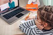 Home Schooling: Grundschulkind sitzt vor PC